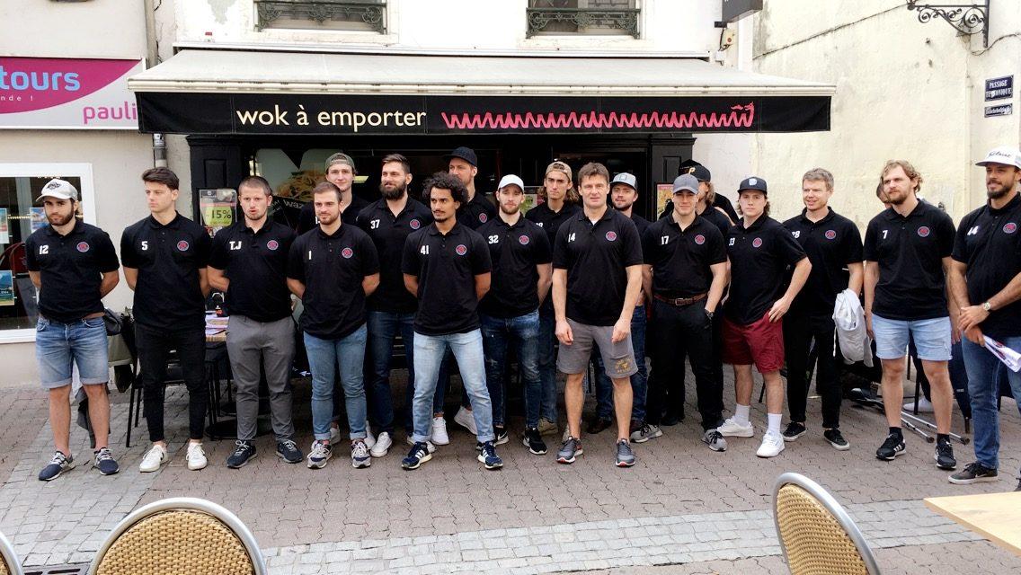 photo de groupe devant Wazawok